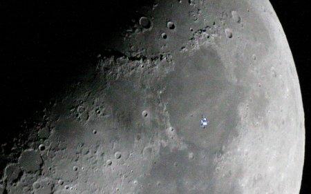 Космическая станция перед Луной
